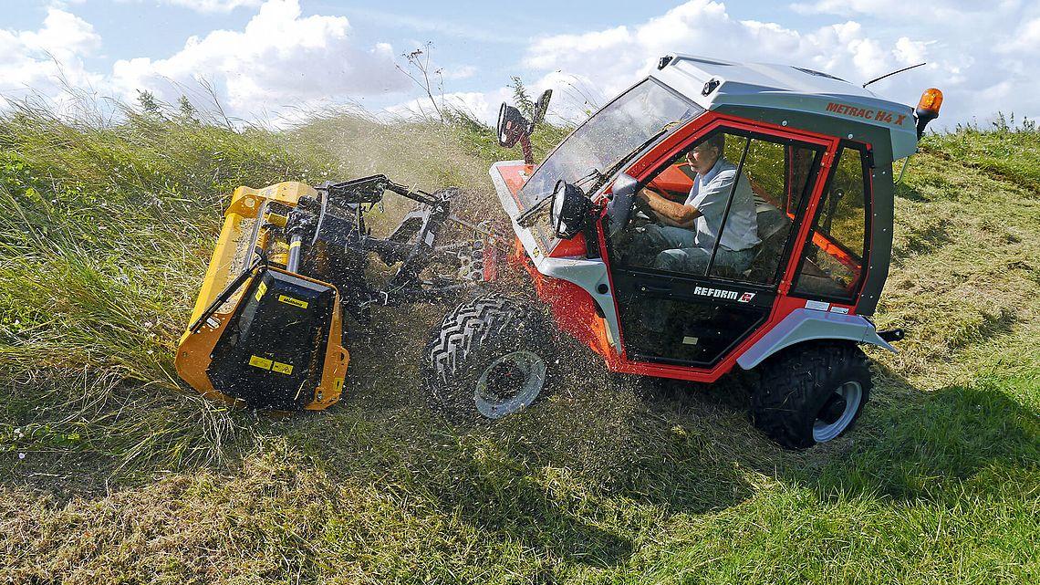 Le METRAC de REFORM est un porte-outils adapté aux terrains pentus et difficilement praticables pour l'entretien des communes et l'agriculture ; il se distingue par sa technologie moderne et son excellente rentabilité. Il est disponible chez nova groupe region PACA